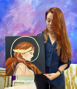 Ученица со своей работой после мастер-класса по интерьерной живописи