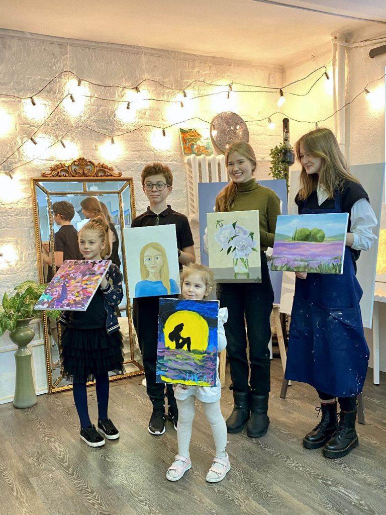 Счастливая семья после мастер-класса по живописи