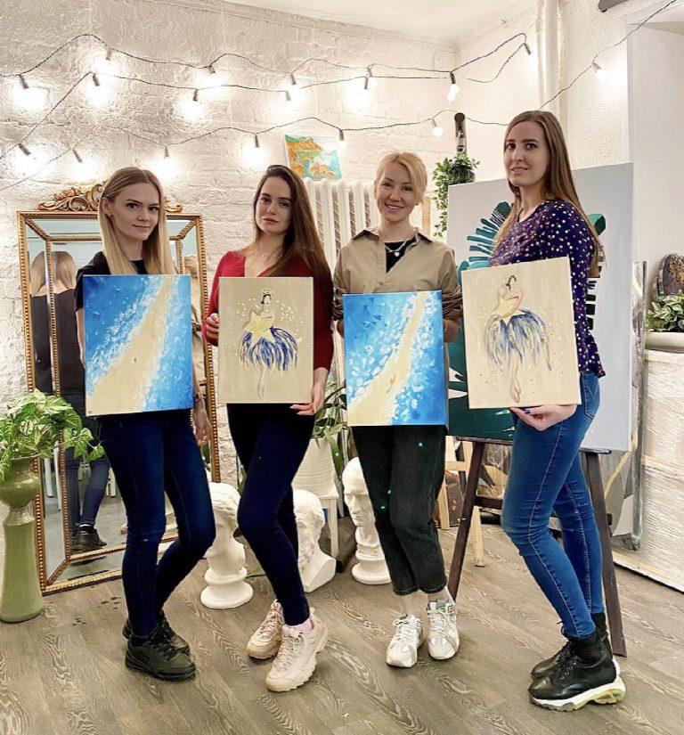 Счастливые клиенты после рисования на мастер-классе